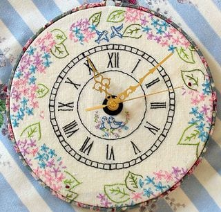 how to make and embroidery hoop clock