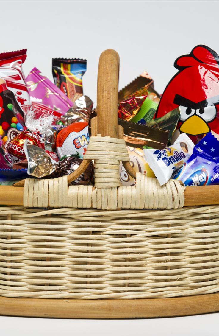 Treat baskets make amazing house warming gifts! These housewarming gift ideas are something your friends and new neighbors will cherish.