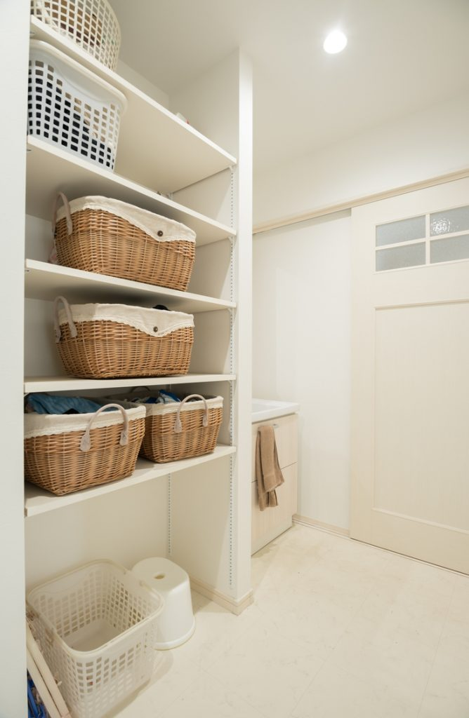 Ugh, the laundry room. It causes great sighs often in my home. Laundry is just one of those chores that is never fun. But if you can decorate a space and make it a fun one to be in, chores aren't really that bad after all right? Here are a few easy ways to spruce up a small laundry area. They really do make such a big difference!