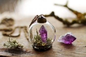 These adorable DIY terrariums are so cute and you will love the way they look in your home. This terrarium necklace is my favorite!