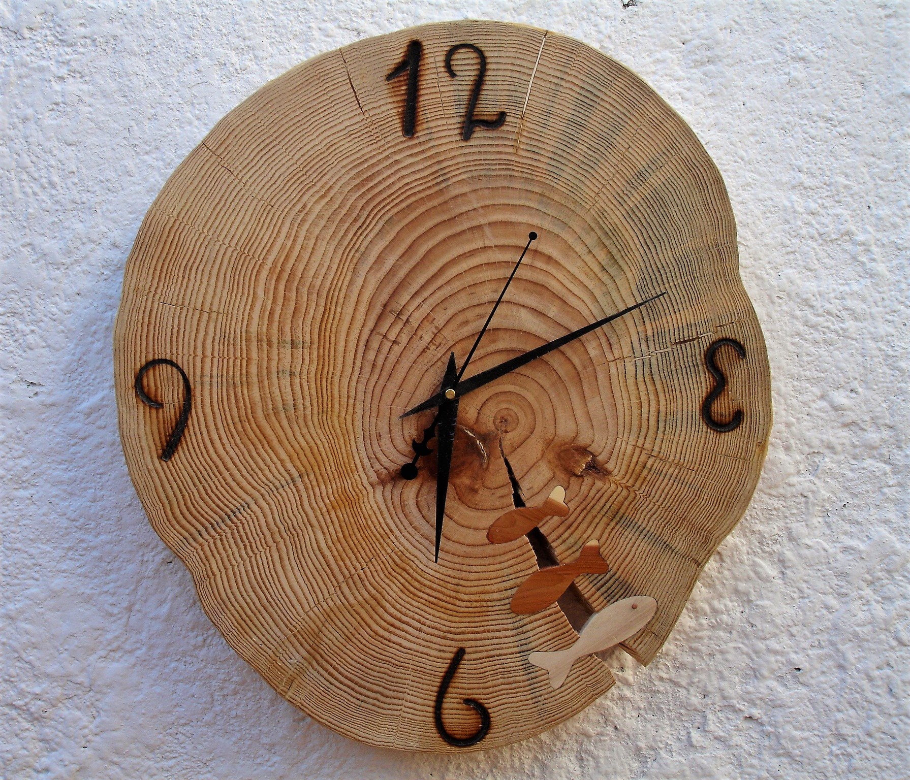 DIY Father's day gifts made from wood. Clock from a slice of tree