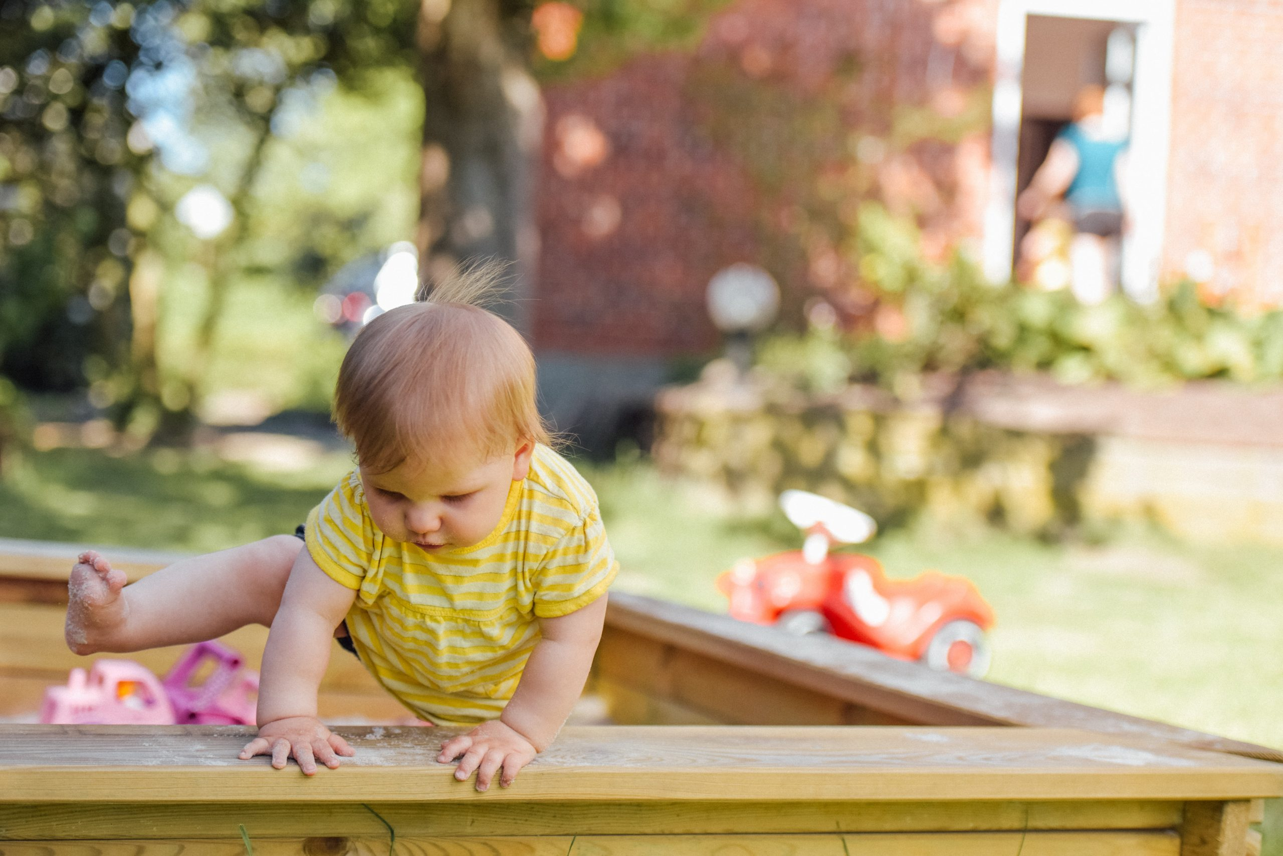 This DIY sandbox with seats for kids is going to SERIOUSLY be a hit! You'll have the entire neighborhood at your house having fun before you know it. Check it out!