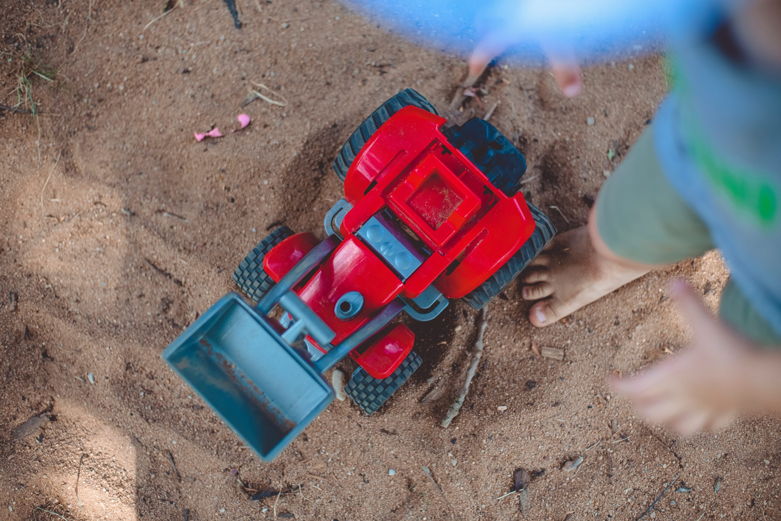 This DIY sandbox with seats for kids is going to SERIOUSLY be a hit! You'll have the entire neighborhood at your house having fun before you know it. You don't want to miss this!